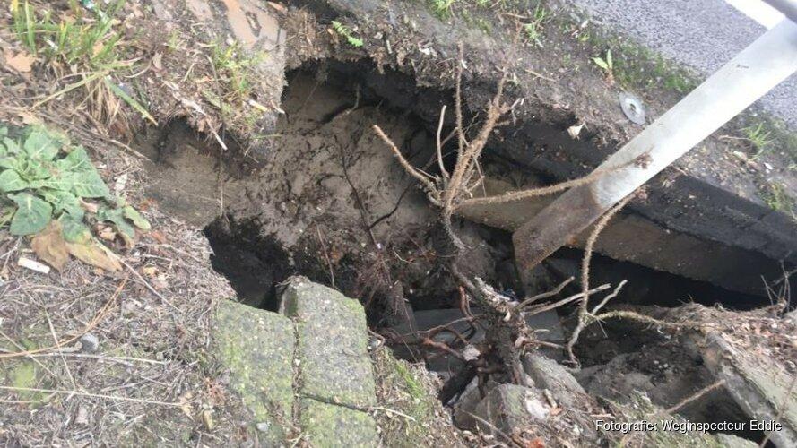 Sinkhole in wegdek A8 bij Zaanstad