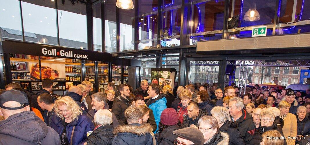 Zo'n 1.500 bezoekers bij heropening Albert Heijn Vos