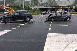 Slachtoffer uit auto bevrijd na botsing op kruispunt Oostzaan