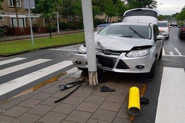 Rijbewijs automobilist ingevorderd na rammen lantaarnpaal in Zaandam