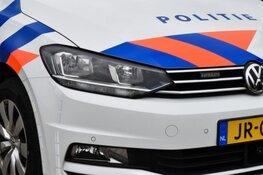 Vluchtende automobilist rent reclasseringsgebouw binnen in Zaandam