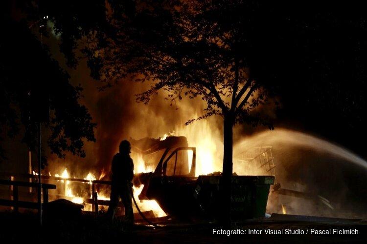 Voertuig met gasflessen in vlammen op bij zwembad Koog aan de Zaan