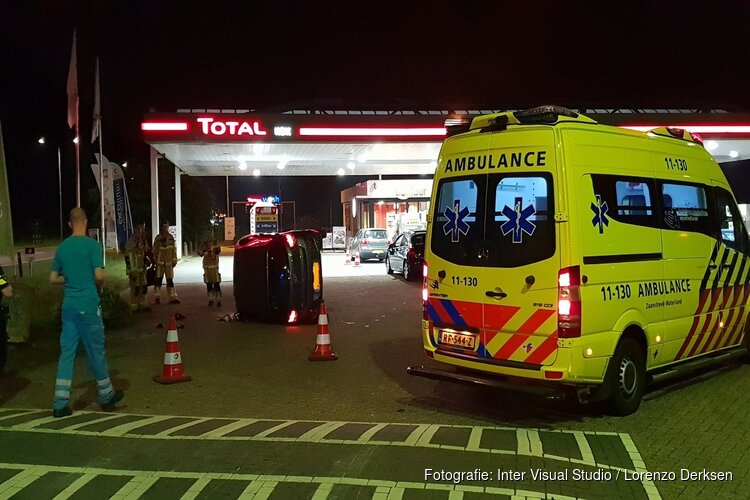 Automobilist crasht op pompstation Zaandam