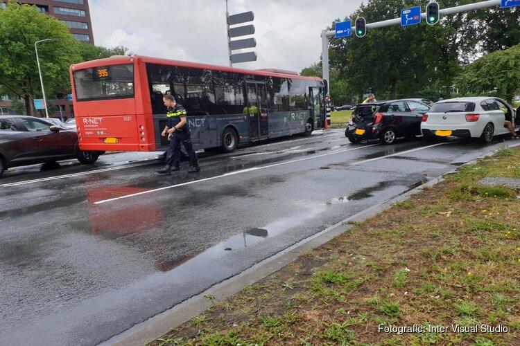 Bus in aanrijding met vier auto's