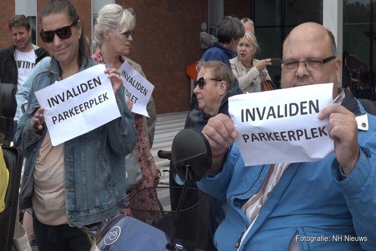 """Rolstoelgebruikers demonstreren voor toegankelijker ziekenhuis: """"We geven niet op!"""""""