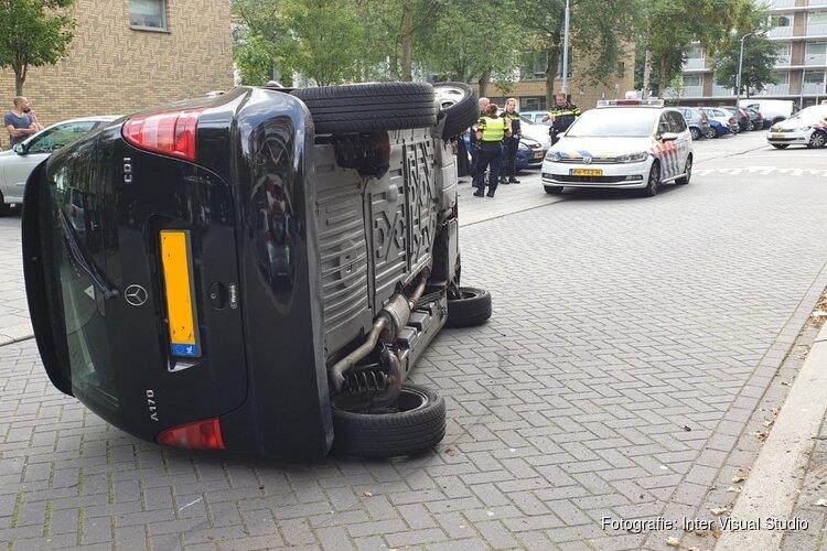 Auto op z'n kant in Zaandam