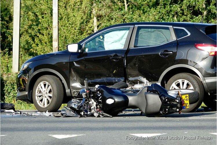 Motorrijder in kritieke toestand na aanrijding