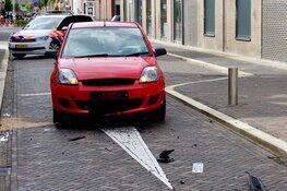 Auto zwaar beschadigd naar aanrijding met poller