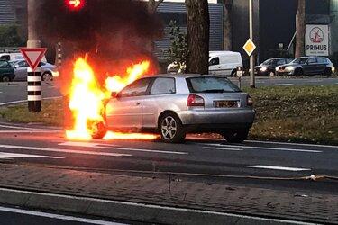Auto met LPG-tank vliegt in brand