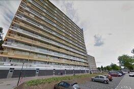 Winkelwagen uit flat in Zaandam gegooid, valt bijna op voorbijganger