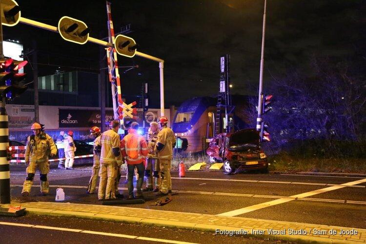 Auto aangereden door trein in Zaandijk