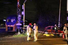 Trein botst op stilgevallen auto: getuigen gezocht