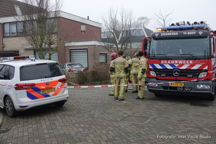 Auto tegen gevel in Zaandam