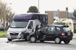 Botsing tussen auto en paardenvervoer