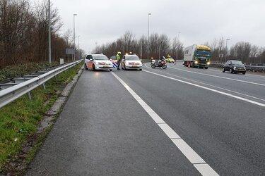Automobiliste tegen vangrail op Knooppunt Zaandam