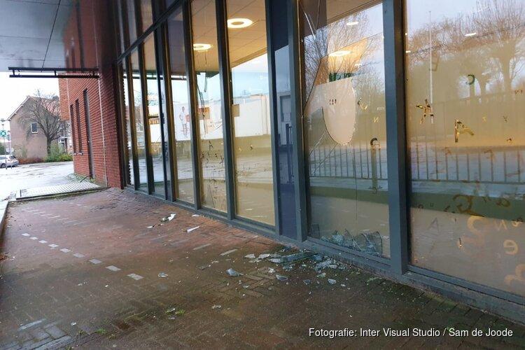 Vandalen vernielen ruiten gemeentehuis en auto Oostzaan
