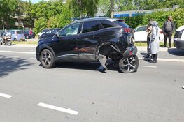 Aanrijding in Zaandam: wielen schieten uit de as