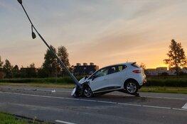 Auto tegen lantaarnpaal in Assendelft, bestuurder op de vlucht