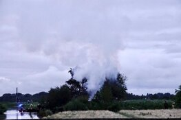 Veel rook door brandende hut in Oostzaan