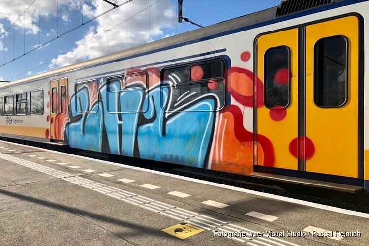 Opnieuw een treintoestel beklad met graffiti bij station Wormerveer