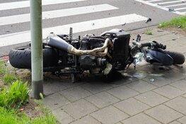 Motorrijder met spoed naar ziekenhuis na botsing in Zaandam