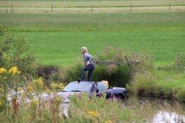 Cabrio belandt in de sloot, bestuurder houdt het droog