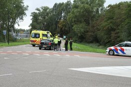 Auto schept fietser in Zaandam