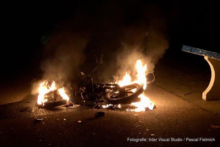 Scooter in brand op schoolplein Assendelft