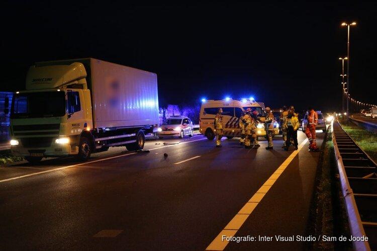Persoon in kritieke toestand na ongeluk op A8 bij Zaandam, betrokkene rijdt door
