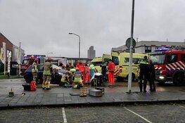 Scooterrijder belandt onder auto in Zaandam, brandweer moet slachtoffer bevrijden