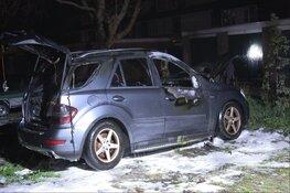 Auto in brand op binnenplaats