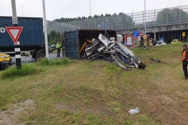 Vrachtwagen gekanteld in Oostzaan