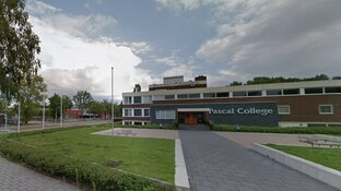 Grote vechtpartij bij school Zaandam: tienermeisjes vallen agenten aan