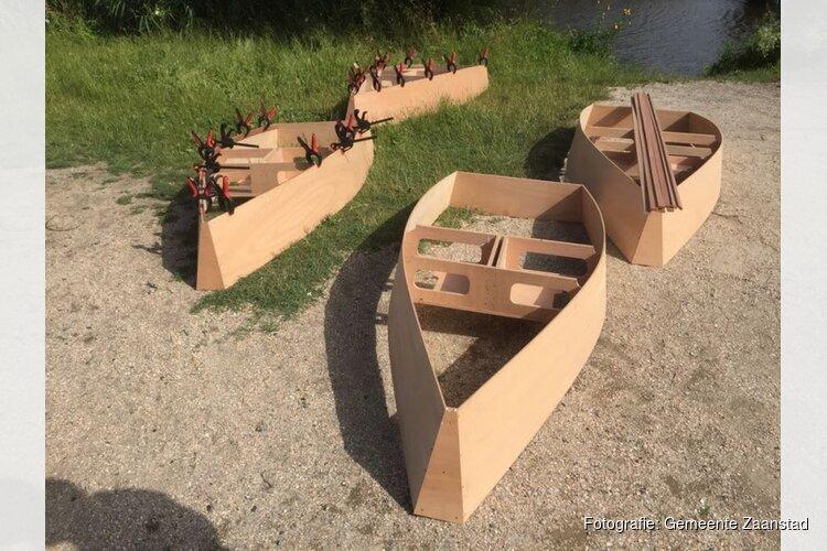 Burgemeester laat zelfgebouwde bootjes te water