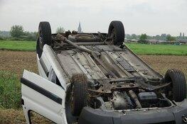 Bestelwagen slaat over de kop in Assendelft