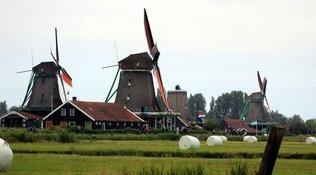 Prof.mr. Pieter van Vollenhoven opent molenschuur en herbouwde molen De Paauw