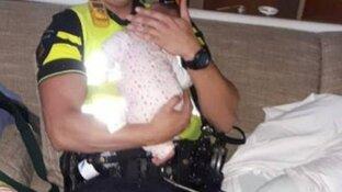 Politie voedt en verzorgt baby in 'stinkende' woning in Zaandam