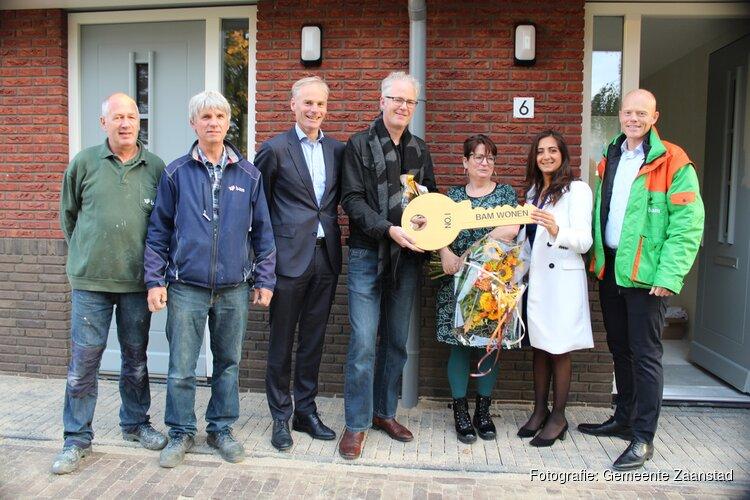 Wethouder Mutluer overhandigt eerste sleutel nieuwbouwproject Thuis aan de Zaan