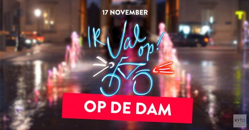 Fietsen door de fel verlichte fietsfuik bij de Dam; aandacht voor verkeersveiligheid tijdens de Ik val op! campagne